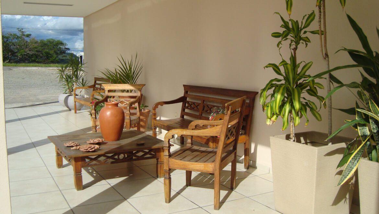 Cadeiras na Área Externa do Jequitiara Hotel em Itaobim MG