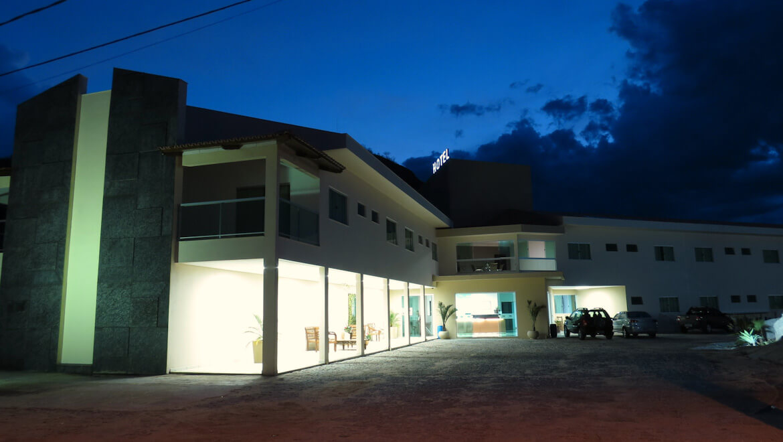 Foto noturna da Entrada do Jequitiara Hotel em Itaobim MG