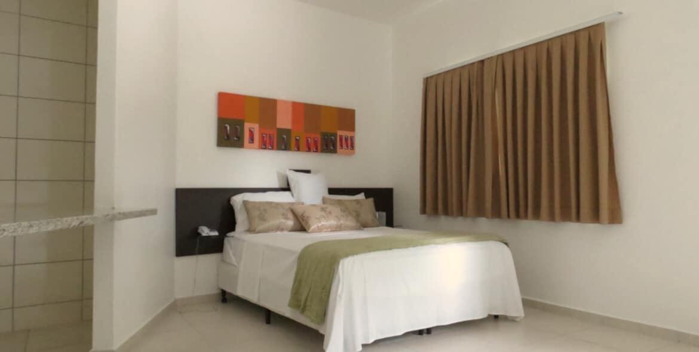 Cama de Casal na Suíte Empresarial no Jequitiara Hotel em Itaobim MG