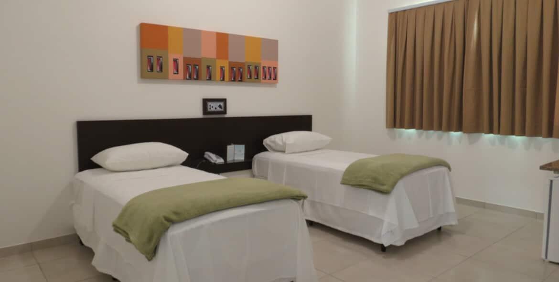 Camas de Solteiro da Suíte Standard Single do Jequitiara Hotel em Itaobim MG