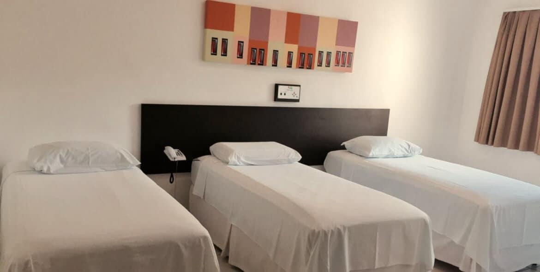 Camas de Solteiro da Suíte Luxo Triplo do Jequitiara Hotel em Itaobim MG